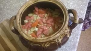 Добавляем поджарку с курицей, сверху выкладываем помидорки/болгарский перец.